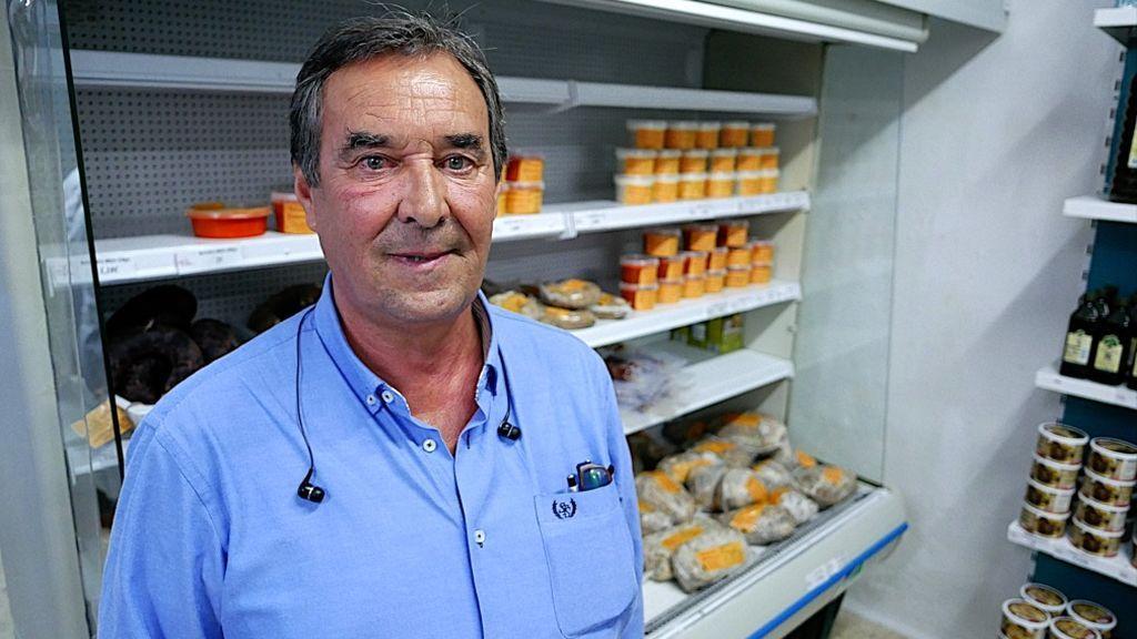 El propietario de Sabores de Paterna con sus productos