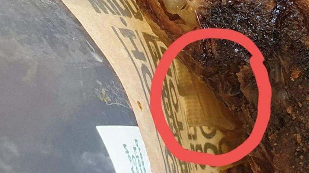 El desagradable hallazgo de una mujer al comprar un pollo asado: se encontró una tirita pegada a la comida