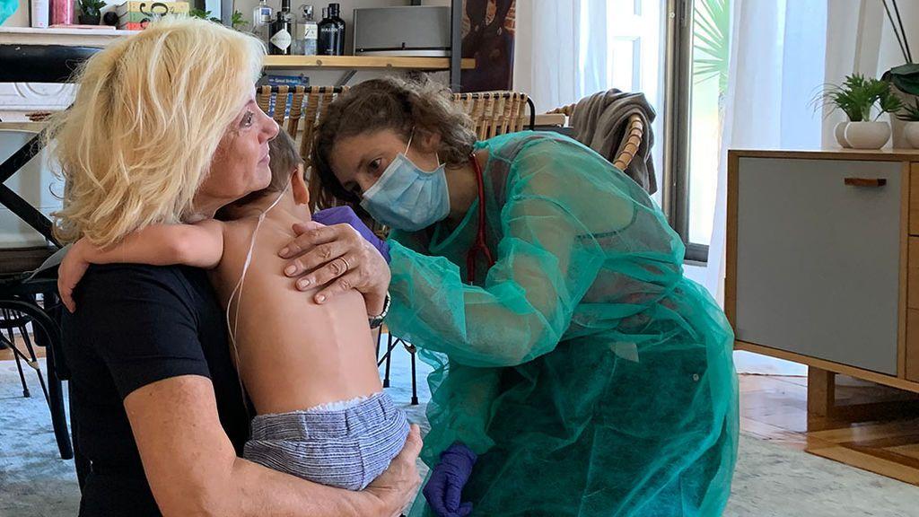 Federico con su abuela mientras le auscultan