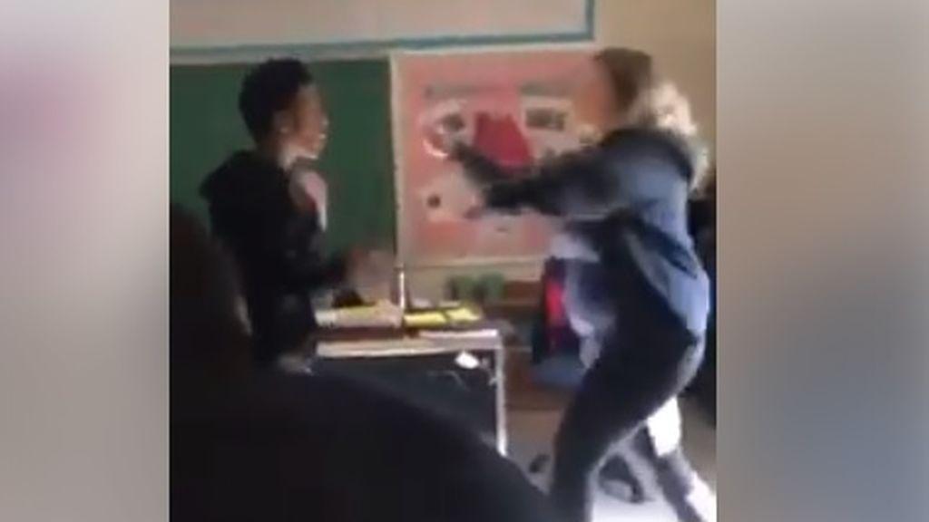 Brutal pelea entre un alumno y su profesora, que le pidió que dejase de utilizar el móvil en clase