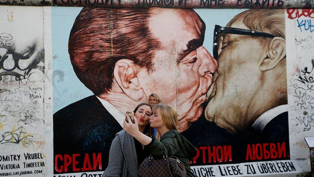 Un beso de tornillo, el 'selfie' más buscado del muro de Berlín