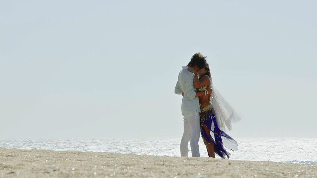 """Sandra sorprende a Miguel dentro de una jaima frente al mar: """"Quiero empezar una vida contigo"""""""