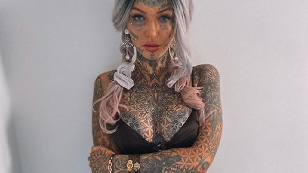 Su obsesión por los tatuajes le dejó temporalmente ciega: se tatuó hasta los globos oculares