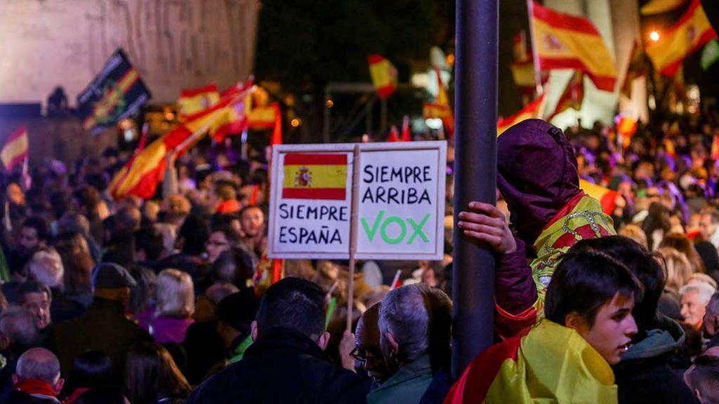 Vox se conjura entre un mar de banderas para dar la campanada el domingo