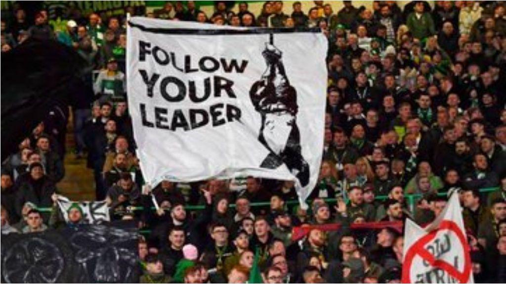 Pancarta de los aficionados del Celtic sobre Mussolini dedicada a los ultras del Lazio