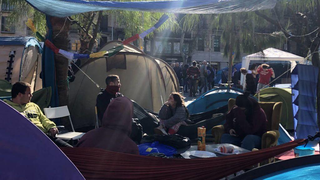Malestar en la acampada de la plaza Universidad tras el abandono de un centenar de jóvenes