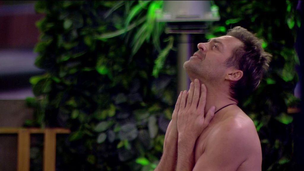 El sincero  monólogo de Hugo Castejón sobre 'GH VIP' mientras está semidesnudo en el jardín