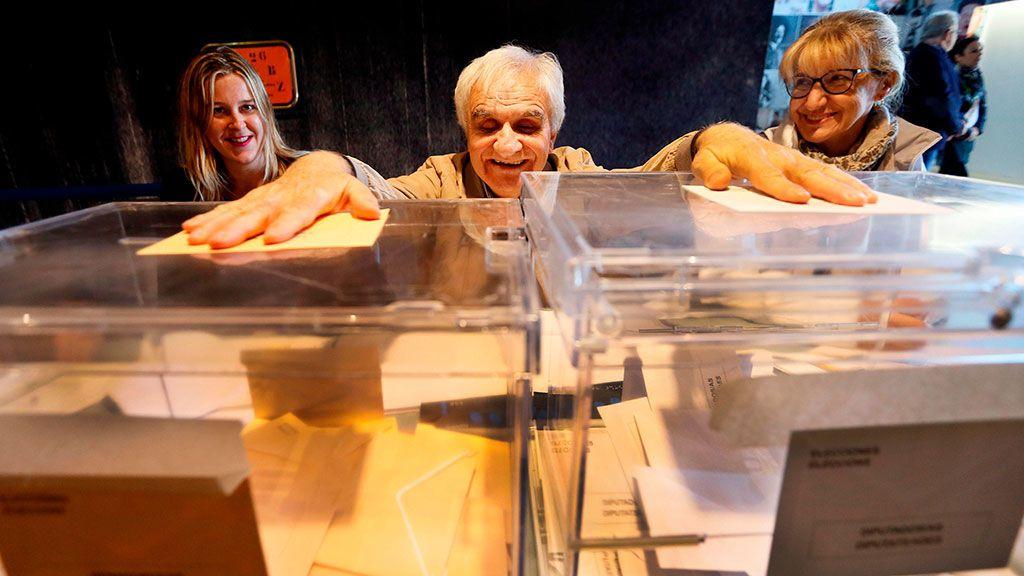 """El invidente César Puente Fuente preside una mesa electoral en la ciudad de Alicante con la ayuda de una amiga que le facilita la identificación de cada votante, una labor en la que cree que los ciegos también """"deben participar"""""""