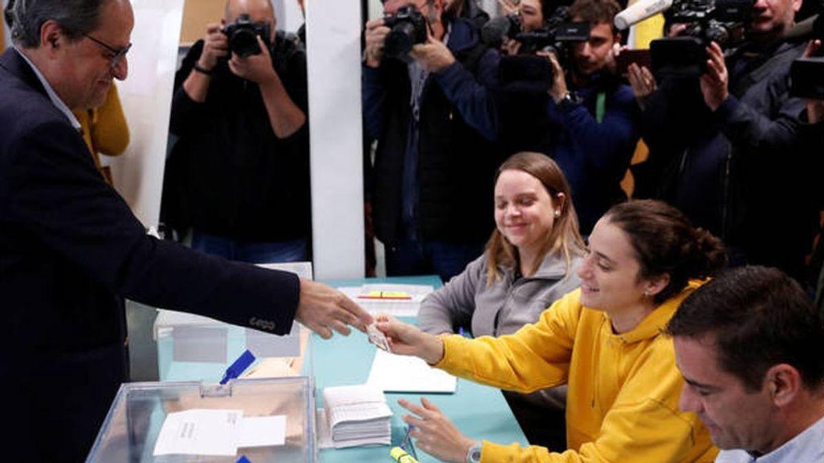 Torra se encuentra como presidenta de la mesa electoral a su propia hija: su cara lo dice todo