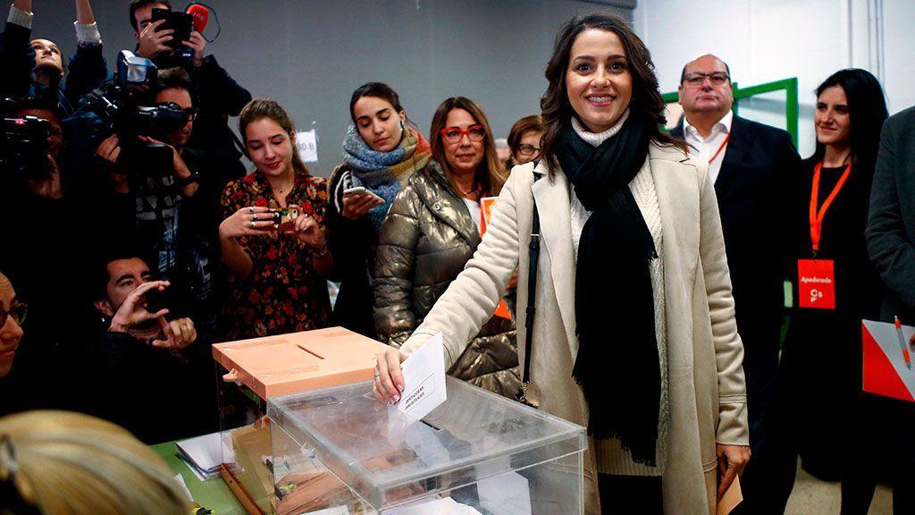 Inés Arrimadas deposita su voto en su colegio electoral de Barcelona