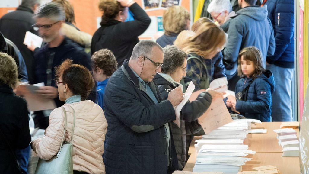 La participación se sitúa en el 37,8% a las 14.00 horas y baja 3,6 puntos respecto a abril