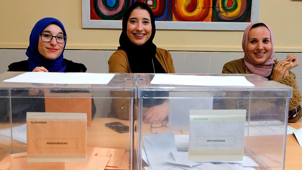 Tres mujeres musulmanas conforman una mesa electoral en un colegio de Melilla