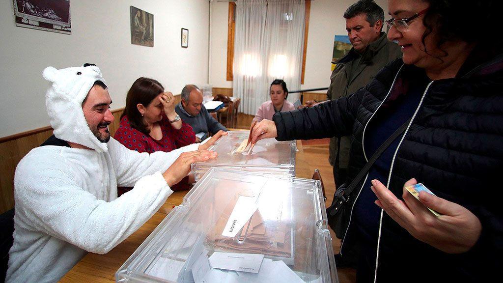 El presidente de mesa de la localidad de Osma (Soria), José Luis Lamela, se ha disfrazado de oso en protesta por tener que realizar su labor en la presente jornada electoral