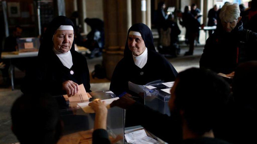 Dos monjas votan en un colegio electoral de Barcelona