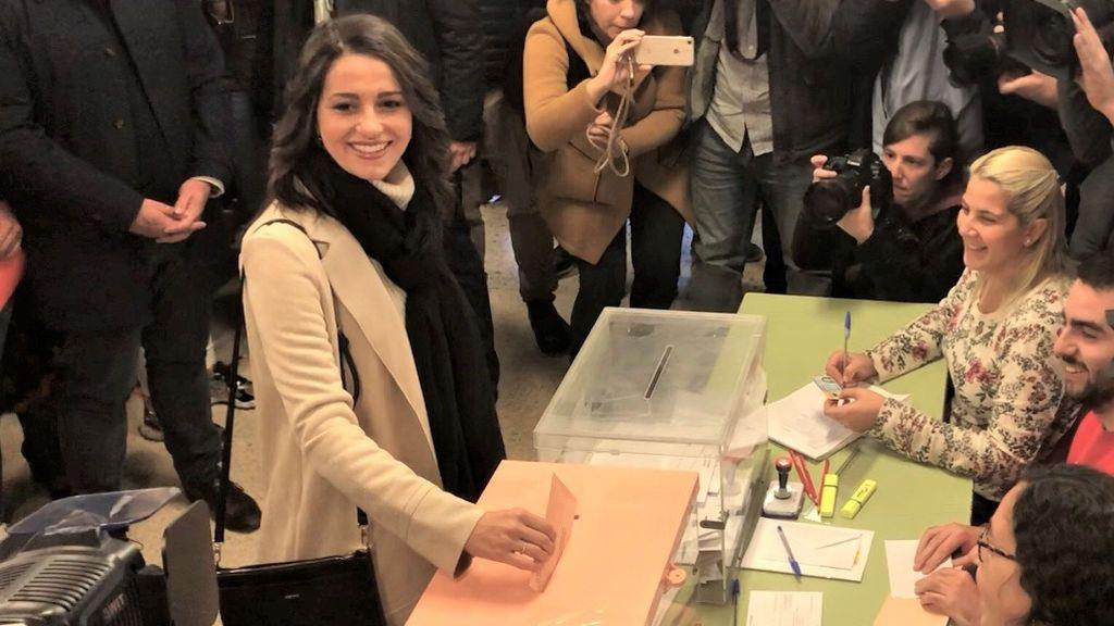 Arrimadas vota entre abucheos independentistas en Barcelona
