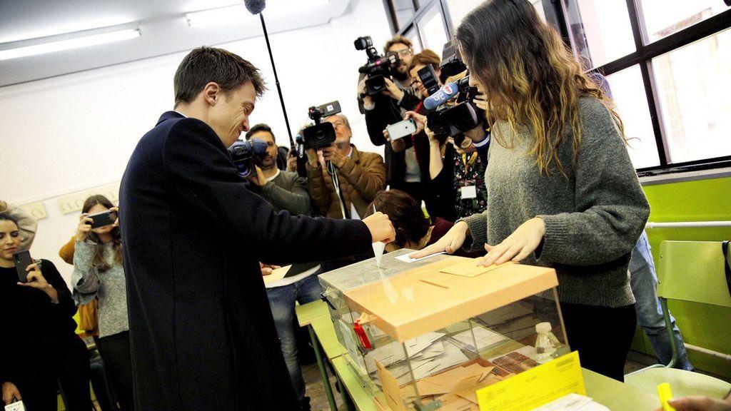 Iñigo Errejón vota durante la jornada electoral