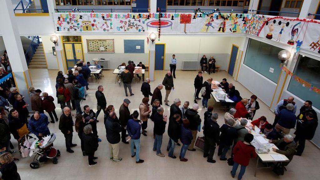 Decenas de personas se agolpan para votar en un colegio de Barcelona