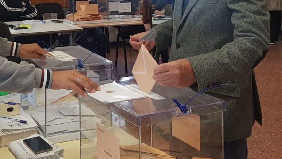Trasladan las urnas a la calle en Las Palmas de Gran Canaria para que una persona con discapacidad pueda votar