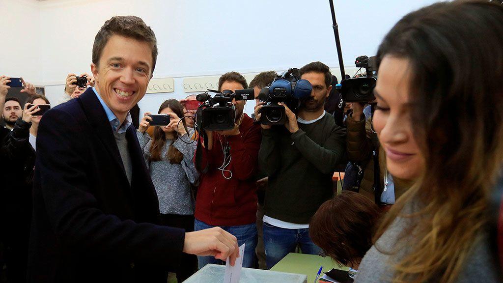 Íñigo Errejón deposita su voto en el Instituto de Santa Teresa de Jesús, en Madrid