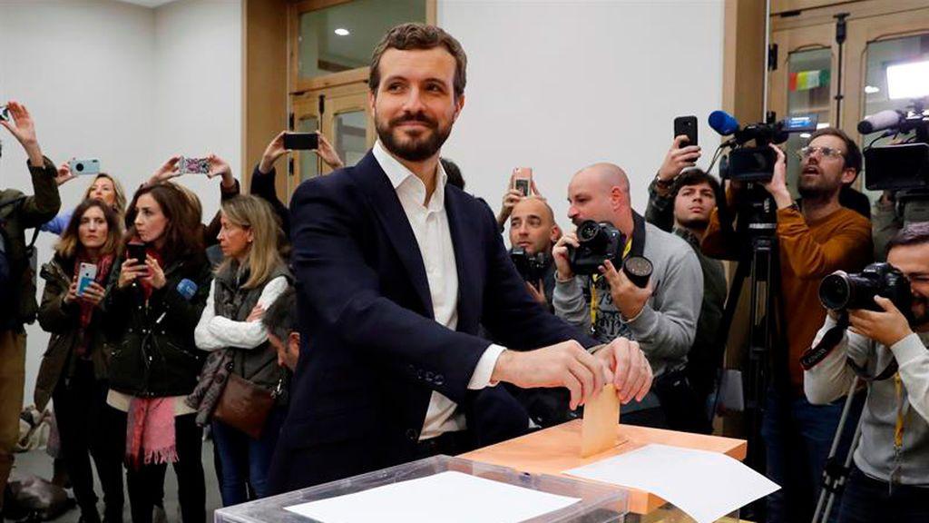 El líder del Partido Popular, Pablo Casado, deposita su voto
