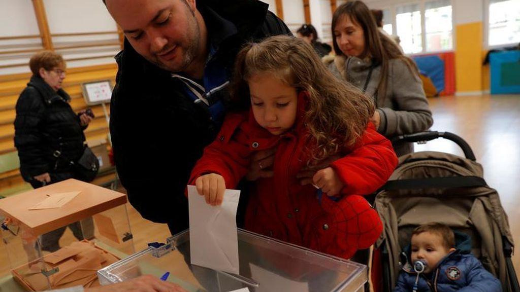 Una niña introduce el sobre electoral de su familiar