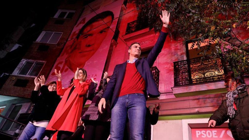 Pedro Sánchez saluda a sus votantes desde la sede de Ferraz