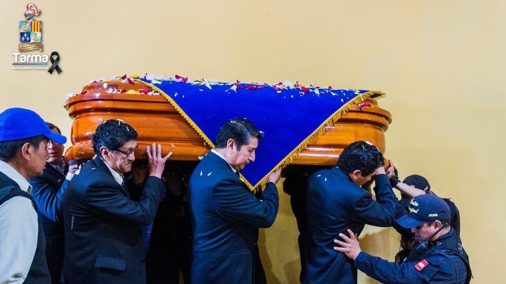 Quiebra el ataúd de un alcalde en Perú durante la celebración de su entierro