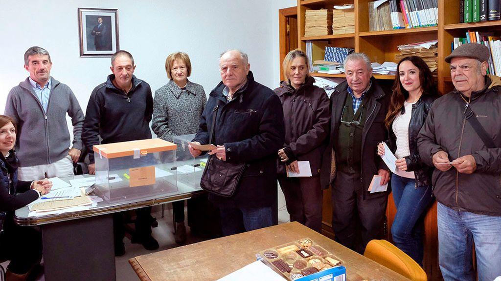 Los ocho vecinos de Villarroya, La Rioja, baten su récord y votan en 32 segundos