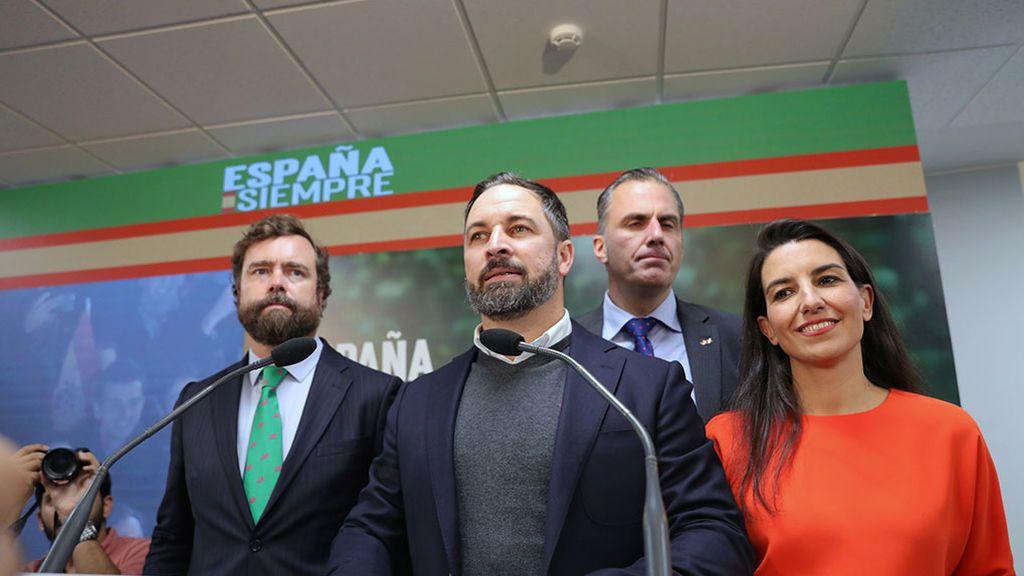 Abascal contesta a las preguntas de los periodistas tras convertirse Vox en la tercera fuerza política