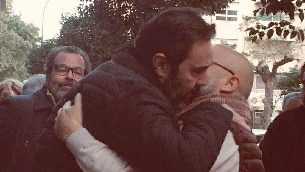 Miguel López abrazado por amigos después de conocer la sentencia