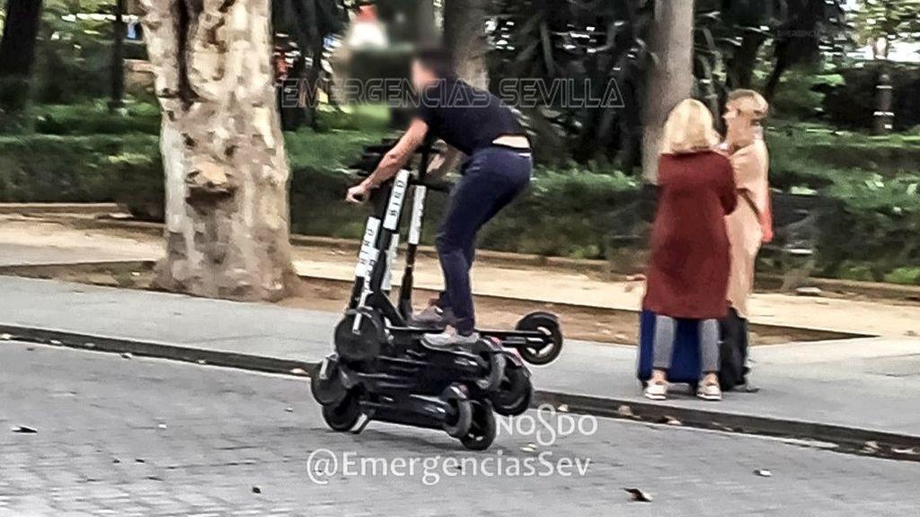 Denunciado en Sevilla por conducir sobre seis patinetes adosados el trabajador de una de las empresas de alquiler