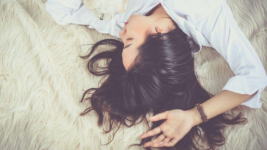 Cinco razones por las que te despiertas en medio del sueño