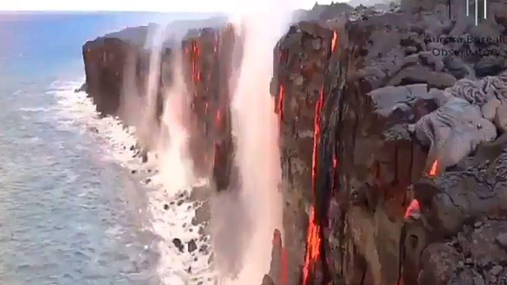 Cascada invertida: el curioso efecto que produce la lava con el contacto del mar
