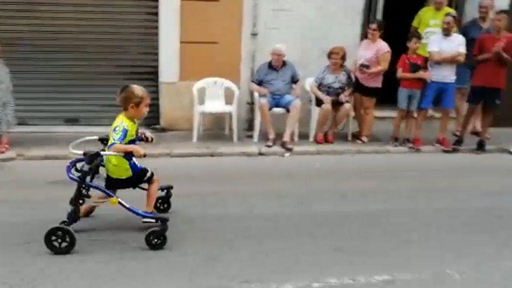 """El niño valenciano que corre en andador y que emociona a Wild Smith como """"ejemplo del espíritu humano"""""""