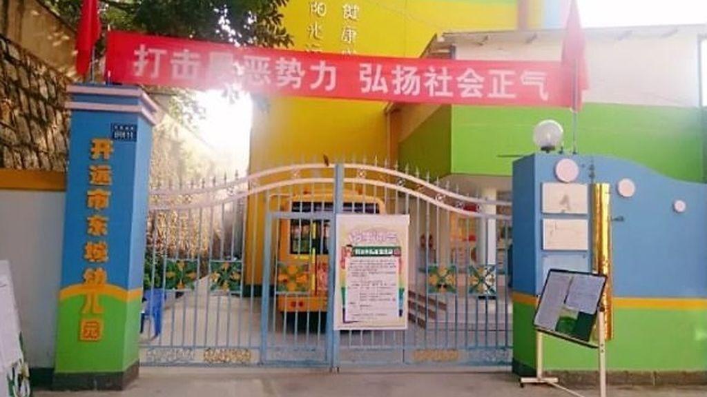 Un joven rocía con líquido corrosivo a más de 50 niños en una escuela infantil de China