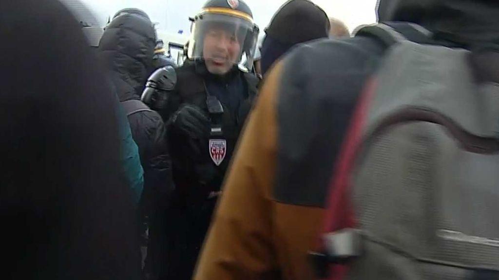 La policia gala carga contra Tsunami Democrátic en la frontera