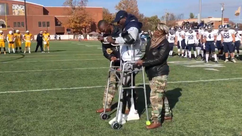 Los médicos le dijeron que no podría volver a caminar, pero lo hizo: la historia de superación de un jugador de fútbol americano universitario