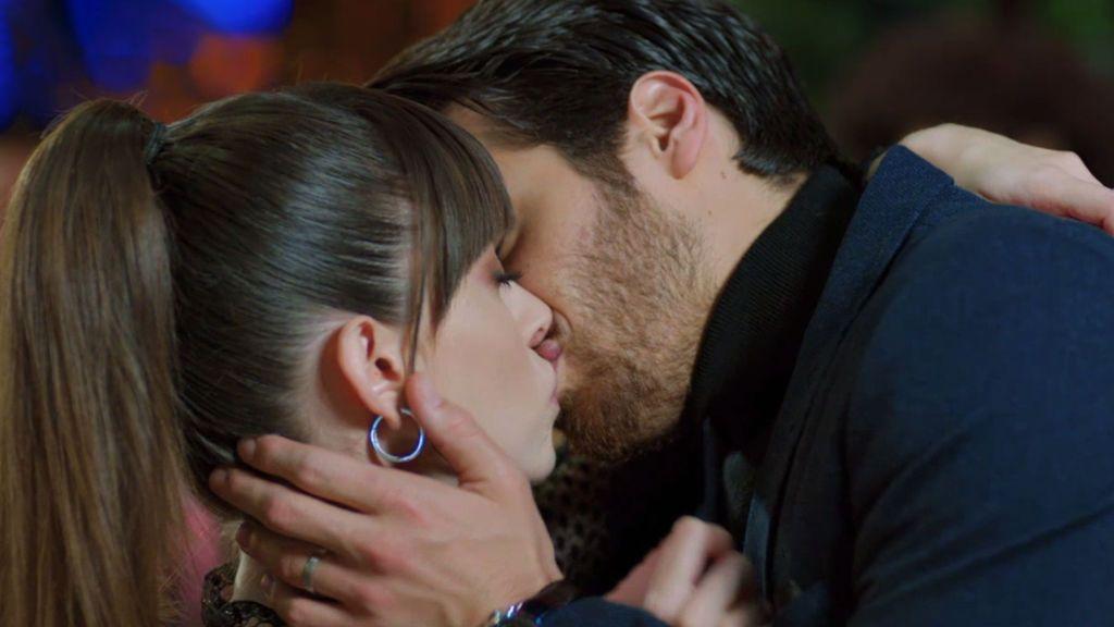 Ferit besa a Nazli y la perdona