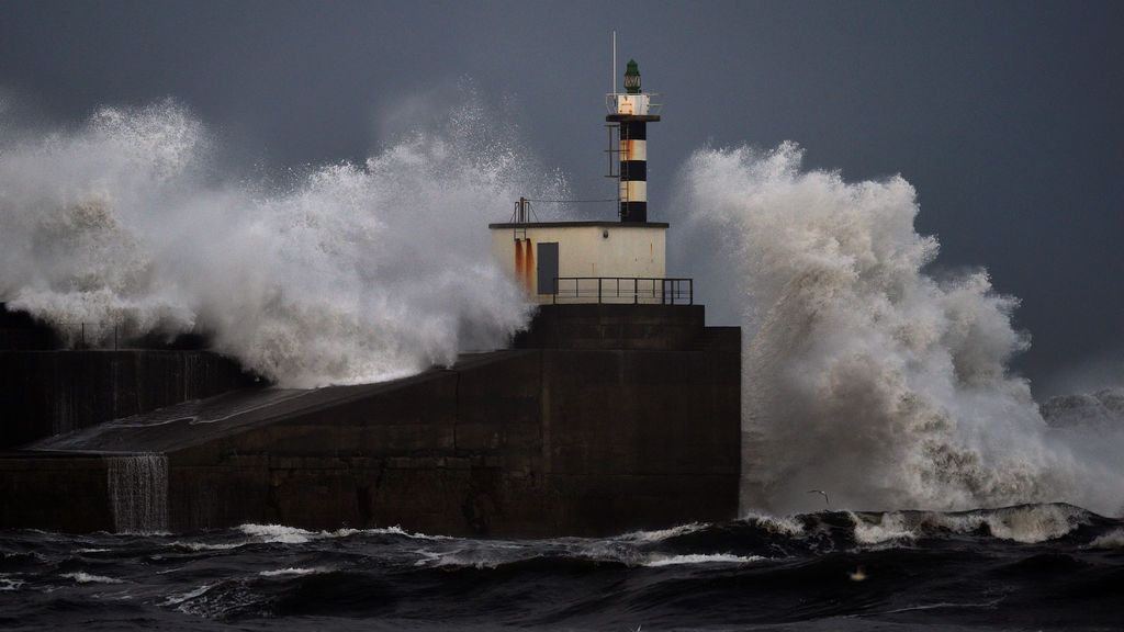 Aviso rojo por olas de 9 metros en el norte por el viento del noroeste