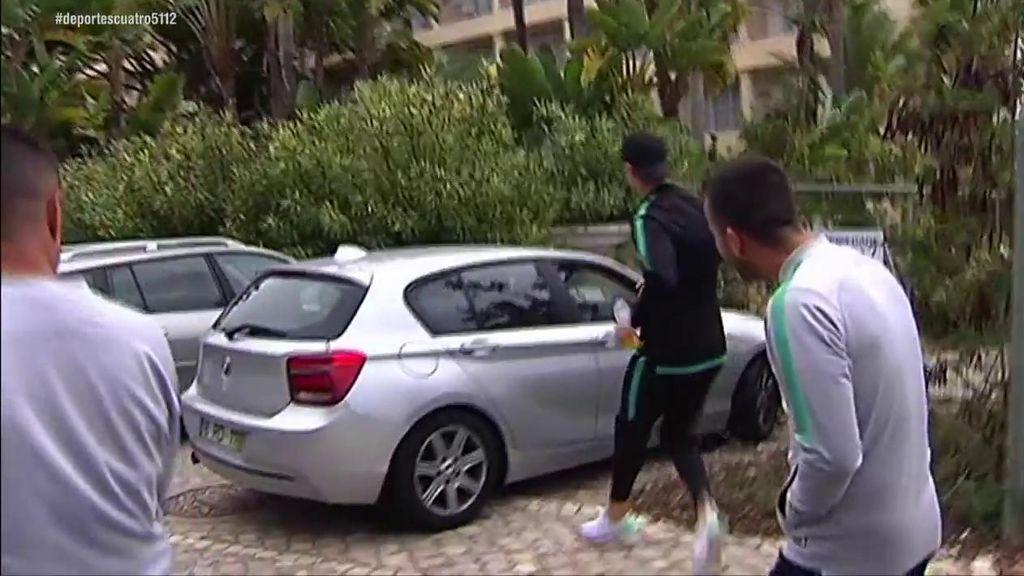 Cristiano Ronaldo bromea con una pareja que le grababan desde un coche y les roba el móvil por la ventanilla