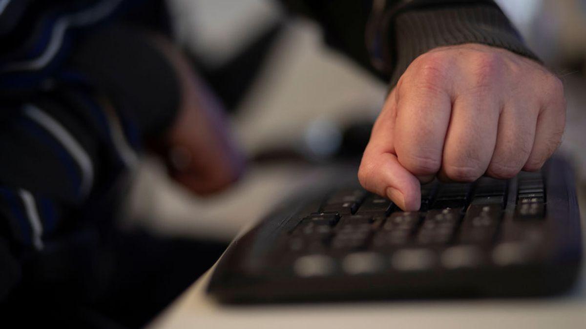 Finge ser un adolescente en Internet para comprobar que su yerno consumía pornografía infantil