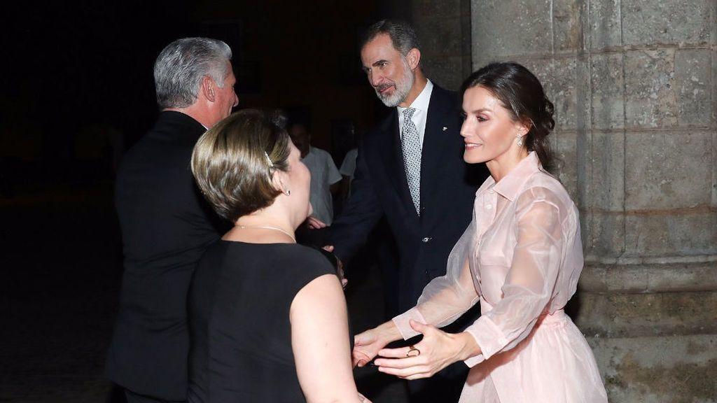 Los reyes saludando al presidente de Cuba y su mujer en la cena del Palacio de los Capitanes Generales