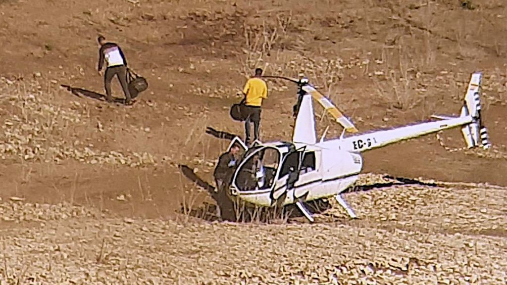 Agentes con las bolsas de hachís que llevaba el helicótero interceptado