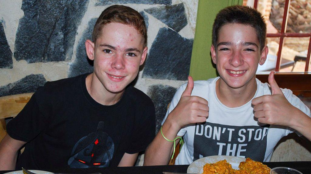 Fernando (a la derecha) tiene ahora 13 años y es un adolescente feliz