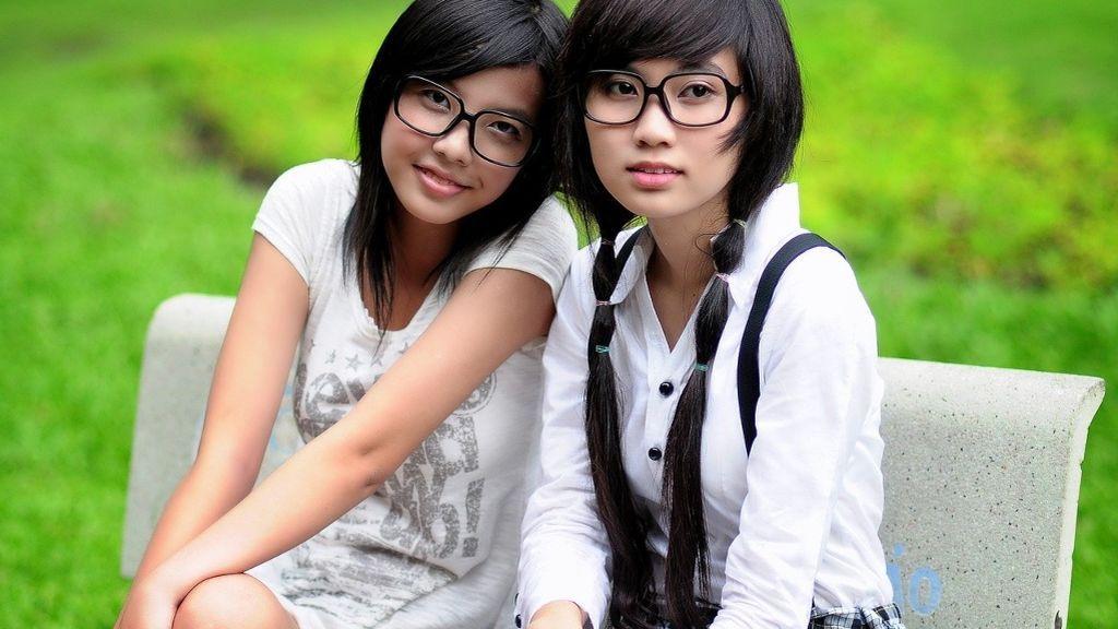 Además de maquilladas y con tacones, Japón ha prohibido a las mujeres las gafas en el trabajo