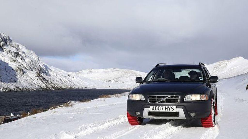 Vehículo con cadenas de nieve