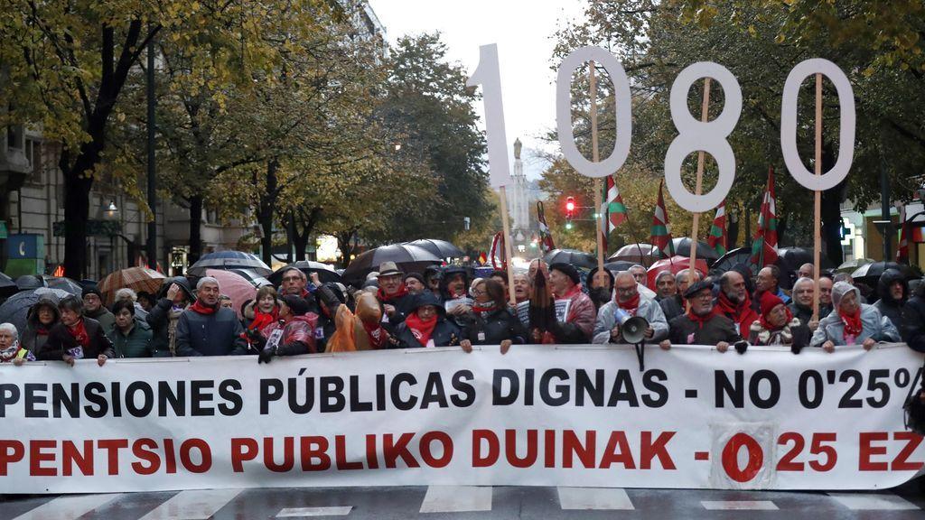 Miles de personas en Bilbao desafían a la lluvia y al frío en defensa de las pensiones