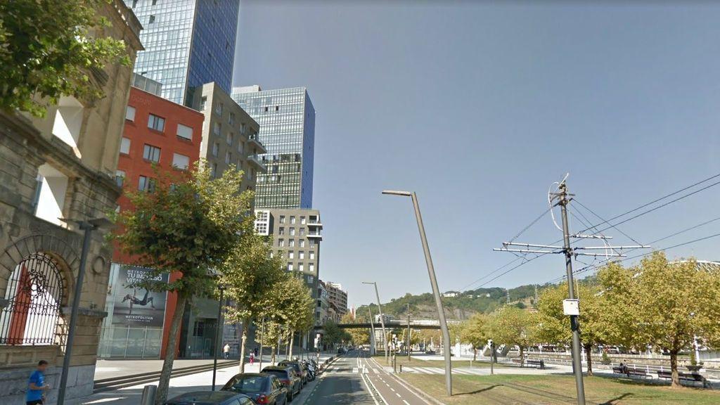 Abusan e intentan robar el móvil a una mujer tras ser asaltada por 3 jóvenes en Bilbao