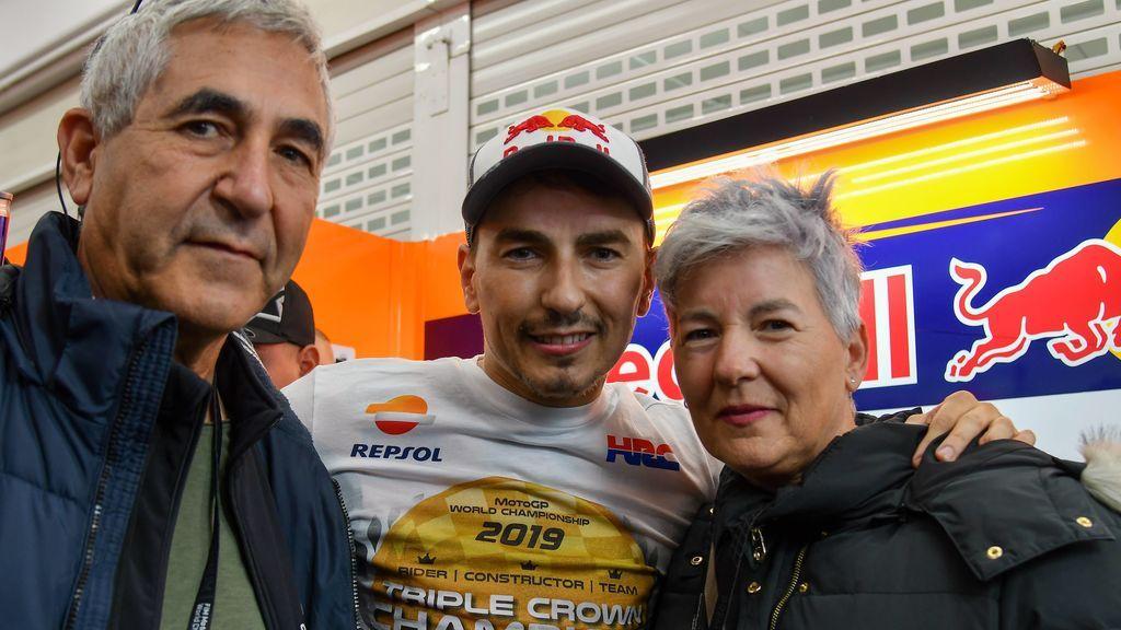 """Jorge Lorenzo, a su madre tras retirarse en el GP de Valencia: """"Ya no vas a sufrir más, mamá"""""""