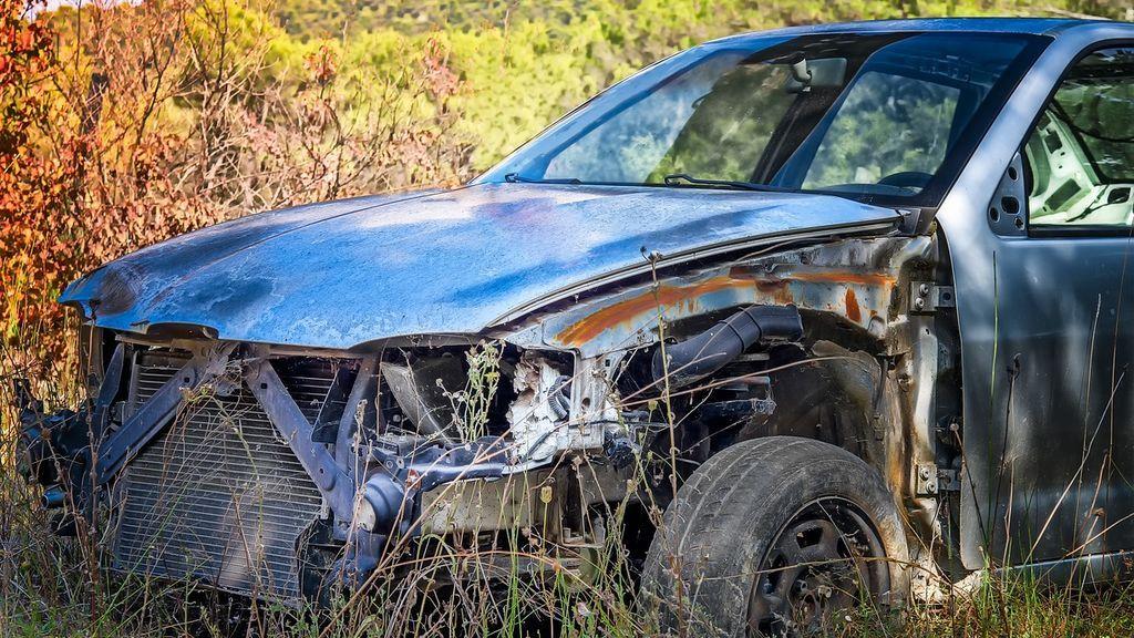 Lanzan una roca a un coche para robarlo: una niña de 2 años que viajaba en él ha muerto y su padre está herido